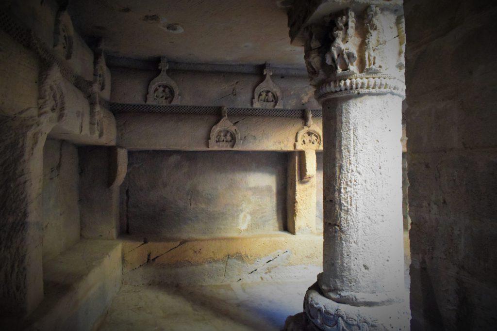 Exquisitos pilares en las cuevas budistas