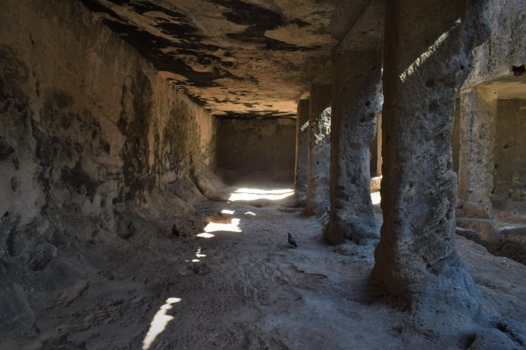 Dentro de las cuevas de Khapra Kodiya Junagadh, Gujarat