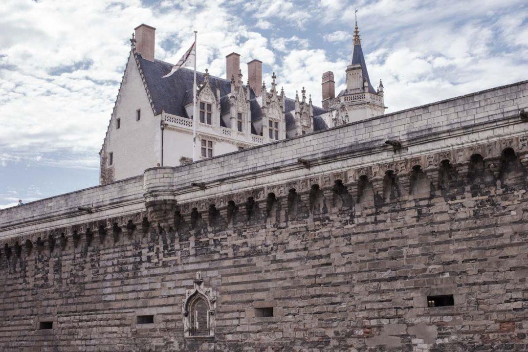 Dónde dormir en Nantes hacia el castillo de los duques de Bretaña y el distrito de Bouffay.
