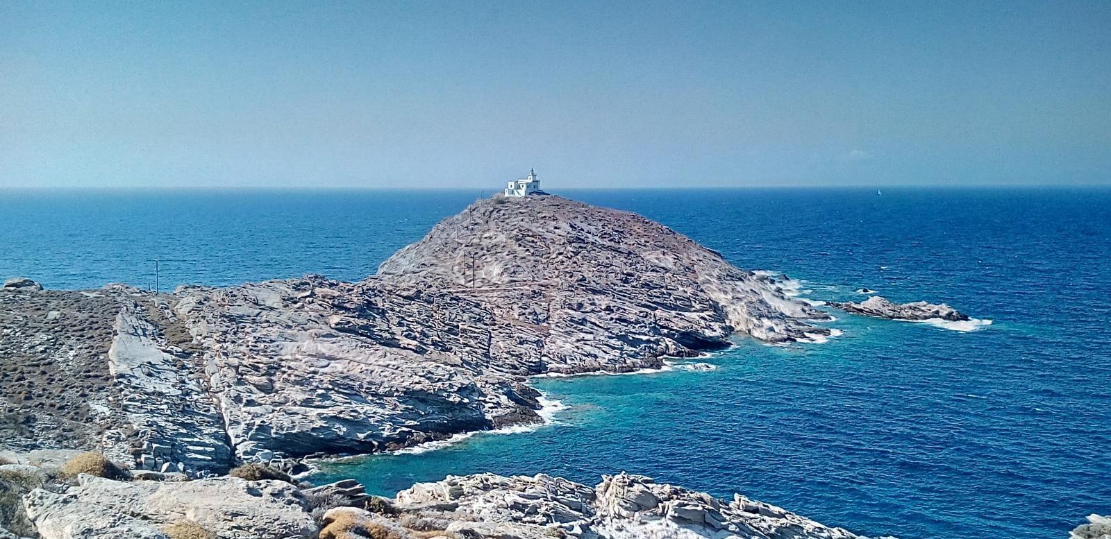 El faro de Naoussa en Cape Korakas en Paros