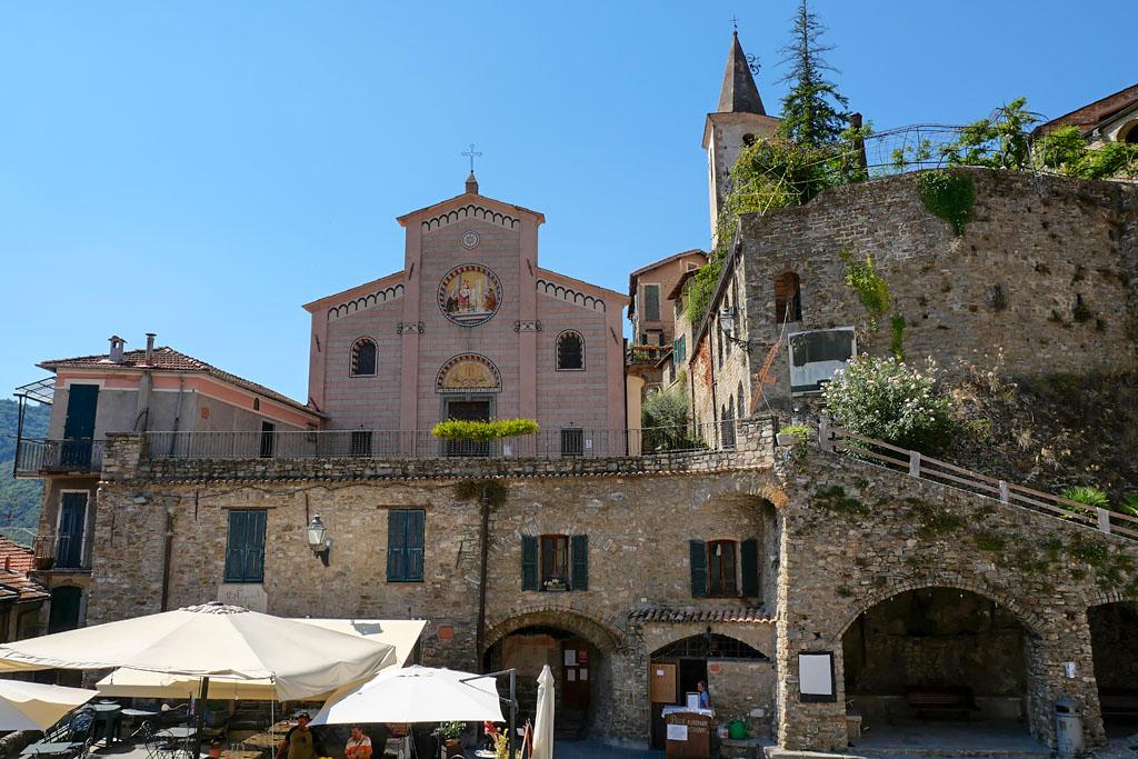 Plaza del pueblo de Apricale Italia