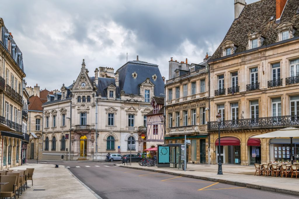 Restaurantes en una calle de Dijon