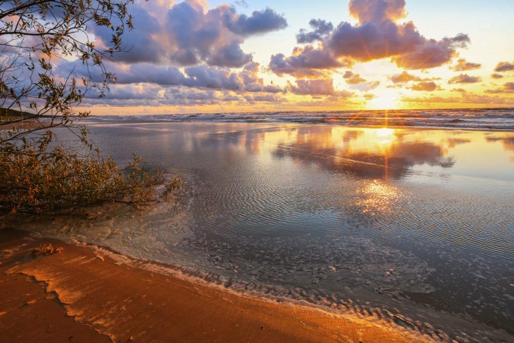 puesta de sol sobre el mar báltico