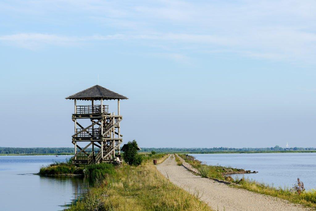 torre de observación en el lago Liepaja