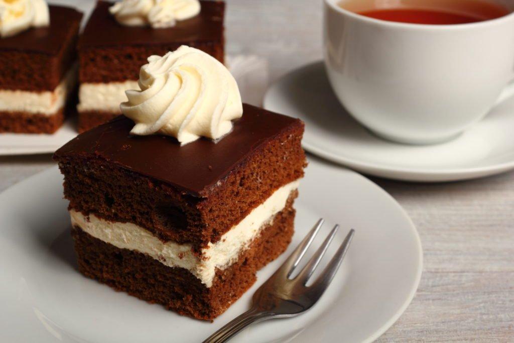 Pastel de cacao con crema