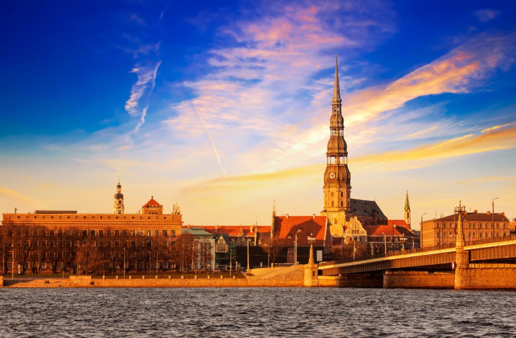 puesta de sol sobre Riga
