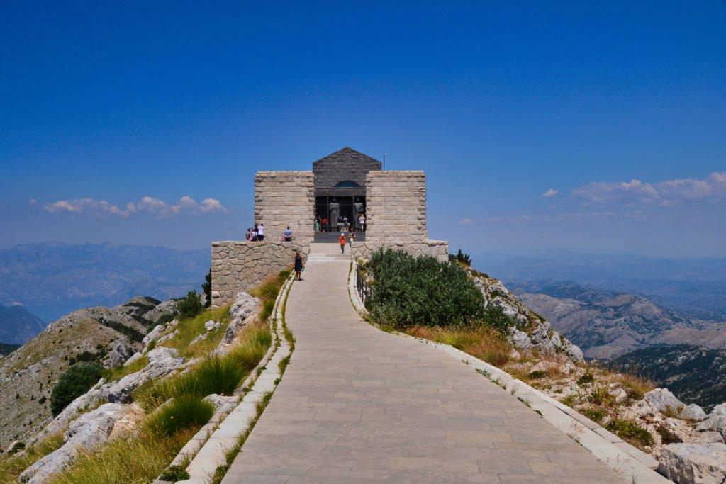 mausoleo en la cima de la montaña