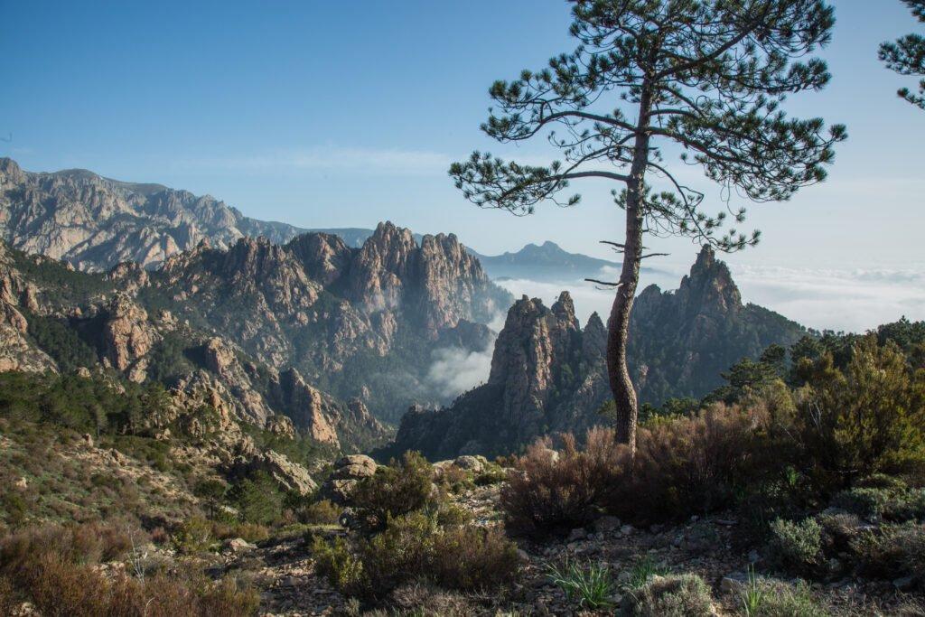 Naturaleza montañosa de Córcega en Francia