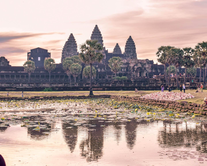 Angkor Wat durante el amanecer reflejándose en el estanque
