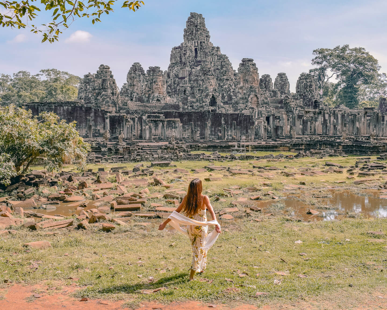 Chica delante de las ruinas del templo Bayon en Angkor