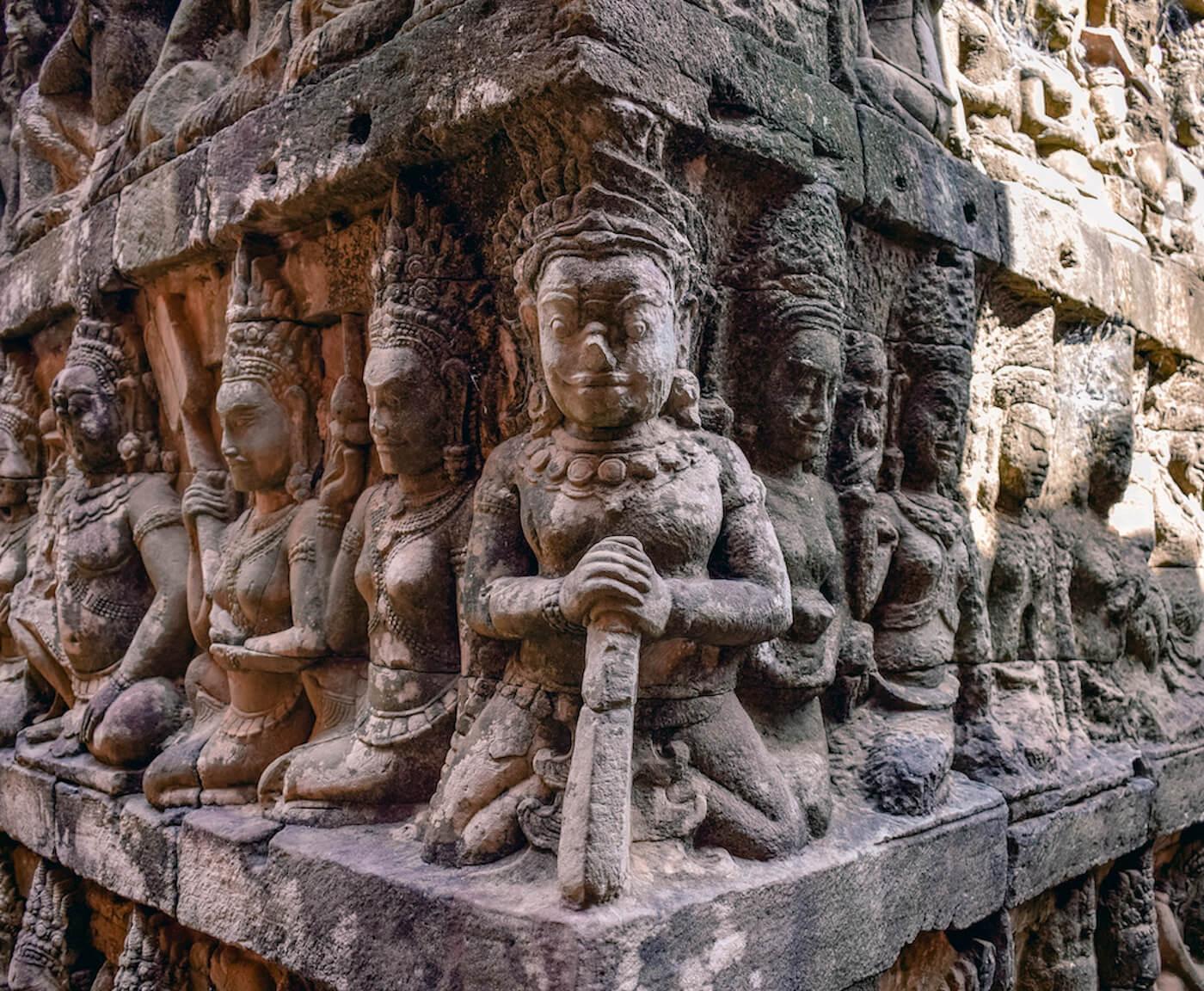 figuras grabadas en el templo de piedra