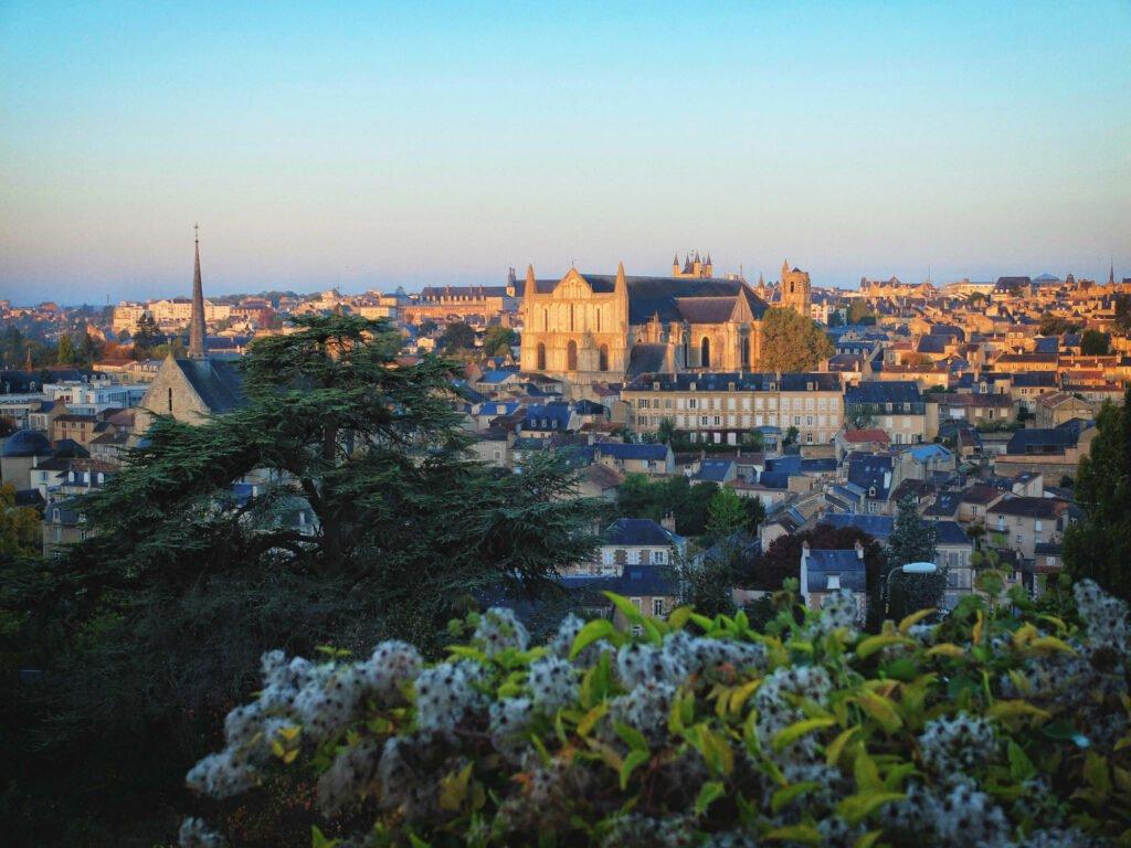 Vista de Poitiers desde el paisaje de dunas