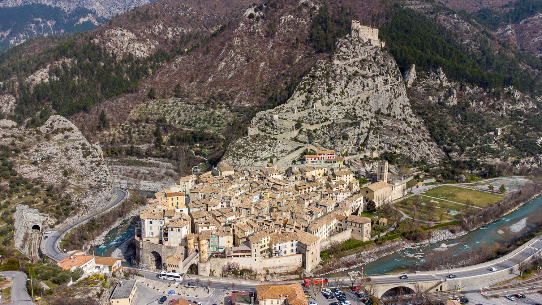 Ciudad medieval y Vauban d'Entrevaux en los Alpes de Haute Provence (vista con drone)