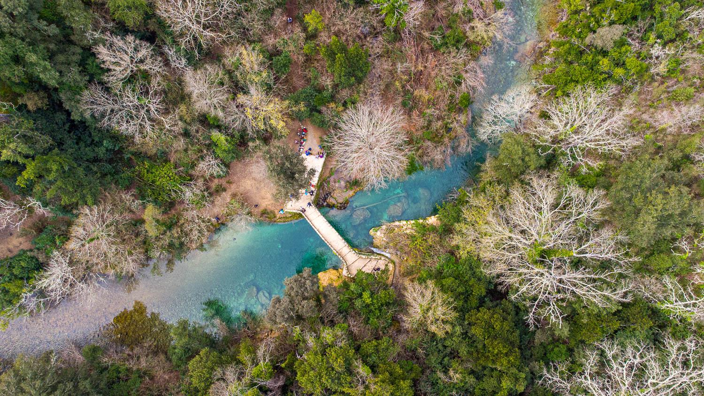Drone vista del puente Tuves en Montauroux gargantas de la Siagne