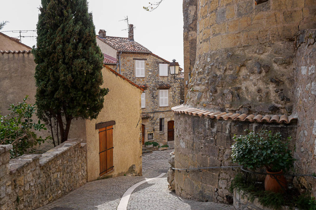 Pueblo de Caillan en la cima de una colina en el Pays de Fayence (Var)