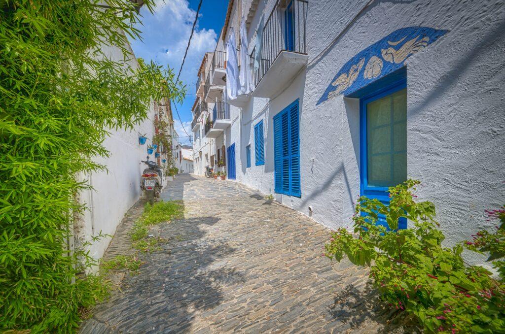 Un bonito callejón en Cadaqués