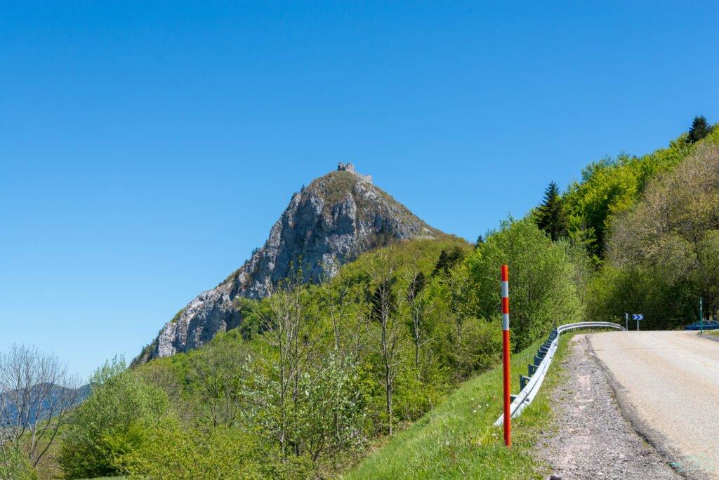 Vista del castillo de Montsegur desde la carretera de la motocicleta en Francia