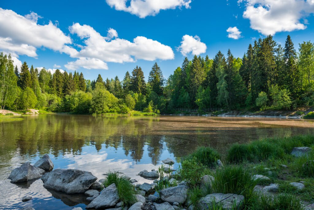 nadando en un lago en Finlandia