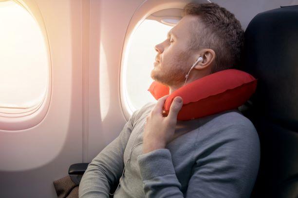 5 beneficios de llevar una almohada para el cuello de