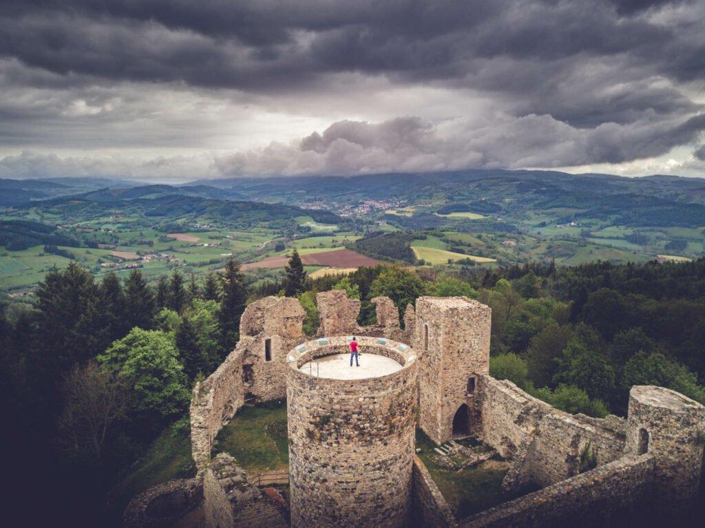 Las ruinas del castillo de Cornes d'Urfé (Roannais)