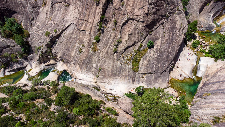 Las cascadas de Purcaraccia en Córcega vistas desde el zumbido