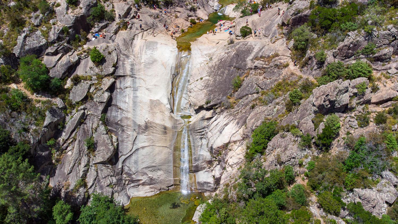 Gran cascada de la Purcaraccia de 25 m de altura barranquismo del río corso